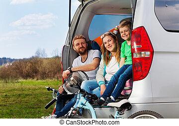 sporty, família, sentando, carregador carro, feliz