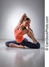Sporty fit girl practices yoga asana Eka pada kap -...