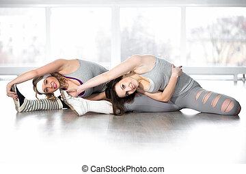 sporty, jovem, fêmeas, fazendo, exercícios, para, flexibilidade