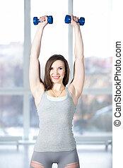 sporty, jovem, femininas, fazendo, treinamento preparação, com, dumbbells