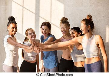 sporty, malhação, equipe, junto, seu, pôr, mãos, menina, começar