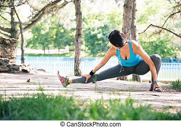 sporty, mulher, fazendo, esticando exercício