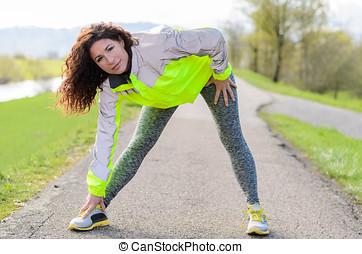 sporty, mulher jovem, fazendo, esticar, exercícios