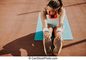 sporty, mulher jovem, fazendo, esticar