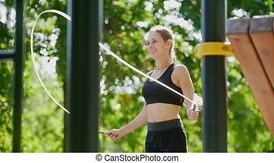 sporty, park, młody, związać, skokowy, dziewczyna ...