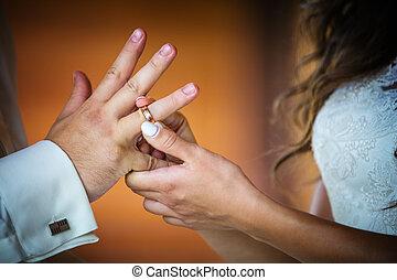 sposa, anello, groom's, mettere, dito