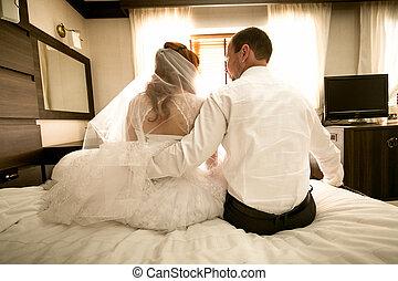 sposa, sposo, abbracciare, letto, seduta