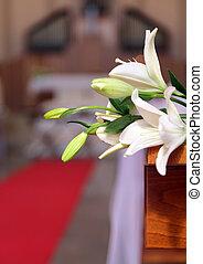 sposi, altare, fra, due, matrimonio, chiesa, interno, durante, fiori bianchi, decorato, celebrazione