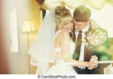 sposo, sorrisi, suo, intorno, lei, ballo, mano, sposa, presa a terra, collo