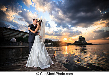 sposo, spiaggia, tramonto, sposa