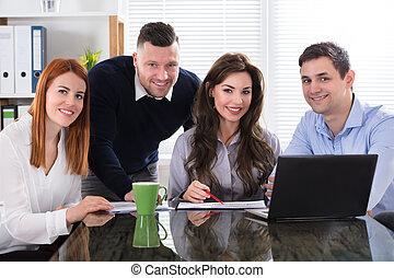 spotkanie, handlowy, pracujące ludzie
