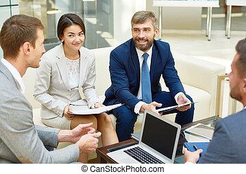 spotkanie, uśmiechanie się, grupa, handlowy zaludniają