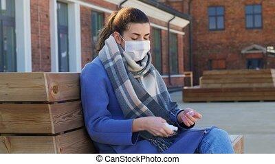 sprühen, draußen, frau, maske, sanitizer, hand