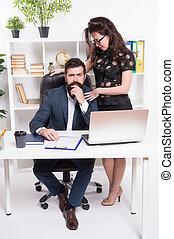 sprawy, bywały, kierownicy, work., handlowy, profesjonaliści, nieformalny, biuro., para, komunikowanie, pracujący, coworkers, przewodniczy, executives., spotkanie, albo