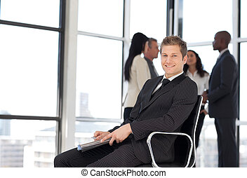 sprawy, człowiek w biurze, posiedzenie na krześle