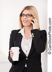sprechende , bohnenkaffee, fällig, becher, beweglich, geschäftsfrau, telefon, sicher, besitz, break.
