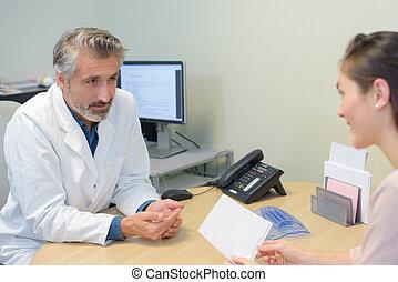 sprechende , mann, patient, weiblicher doktor