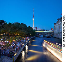 Spree river, Berlin at night - Strand bar on Spree river in...