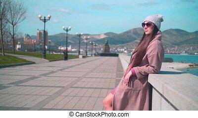 spring., agasalho, óculos, jovem, cabelo longo, dique, menina, chapéu
