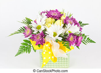 Spring flower arrangement in vase - Close up of daisies and ...