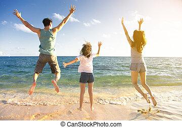 springende , sandstrand, familie, glücklich