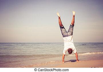 springende , sandstrand, mann, glücklich