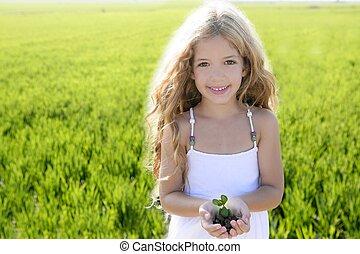 sprout, plante, i tiltagende, af, lille pige, hænder, outdoo