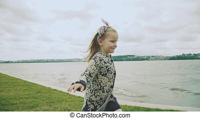 sprytny, biegnie, kroki, day., wietrzny, powoli, dziewczyna, kałuża