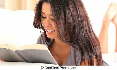 sprytny, brunetka, książka, czytanie