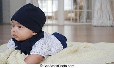 sprytny, chłopiec, koc, na dół, niemowlę, leżący