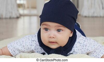sprytny, chłopiec, na dół, niemowlę, leżący, dywan