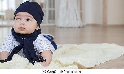sprytny, chłopiec niemowlęcia, cyganiąc na dół, na, koc