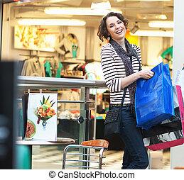 sprytny, dziewczyna, brunetka, zakupy, uśmiechanie się