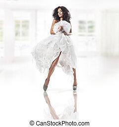 sprytny, kobieta, chodząc, biały strój