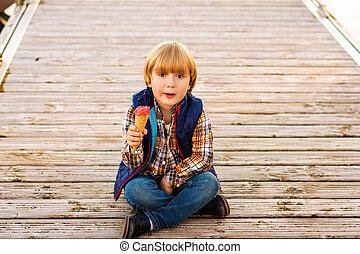 sprytny, mały, jedzenie, chłopiec, lód, outdoors, śmietanka