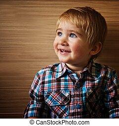 sprytny, mały, klatkowy, chłopiec, shirt., uśmiechanie się