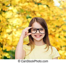 sprytny, mały, monokle, czarnoskóry, uśmiechnięta dziewczyna