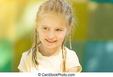 sprytny, mały, park, rano, uśmiechnięta dziewczyna
