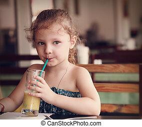 sprytny, myślenie, koźlę, dziewczyna, pijący sok, w, kawiarnia, z, poważne spojrzenie