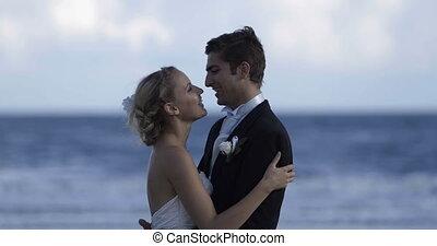 sprytny, newlywed, para biorąca w objęcia, na, t