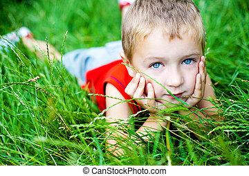 sprytny, odprężając, chłopiec, zielony, świeży, trawa