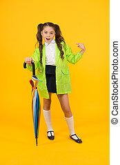 sprytny, rainwear, dzień, victim., patrzeć, deszczowy, dzierżawa, palec, umbrella., dziecko, płaszcz nieprzemakalny, spoinowanie, ona, żółty, schoolchild, mały, fason, tło.