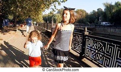 sprytny, siostra, powolny, miasto, motion., park, brat, pieszy, dzieciaki, rzeka