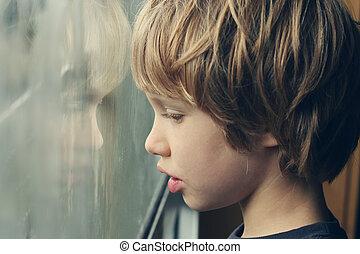 sprytny, stary, chłopiec, lata, patrząc, okno, przez, 6