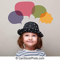 sprytny, szczęśliwy, koźlę, dziewczyna, myślenie, i, przeglądnięcie do góry, na, barwny, bańki, nad