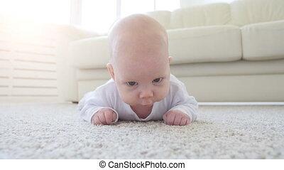 sprytny, zabawny, niemowlę, leżący, na, niejaki, beżowy, dywan