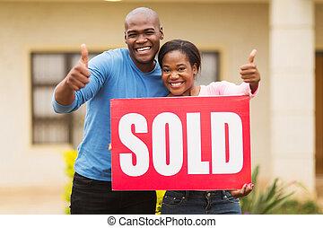 sprzedany znak, zewnątrz, afrykanin, dom, para