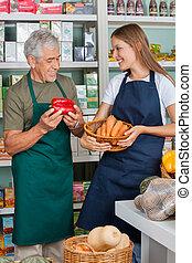 sprzedawca, z, samica, kolega, pracujący, w, supermarket