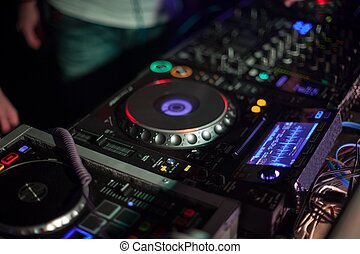 spur,  DJ, mischt
