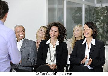 squadra affari, ascolto, sorridente, a, altoparlante